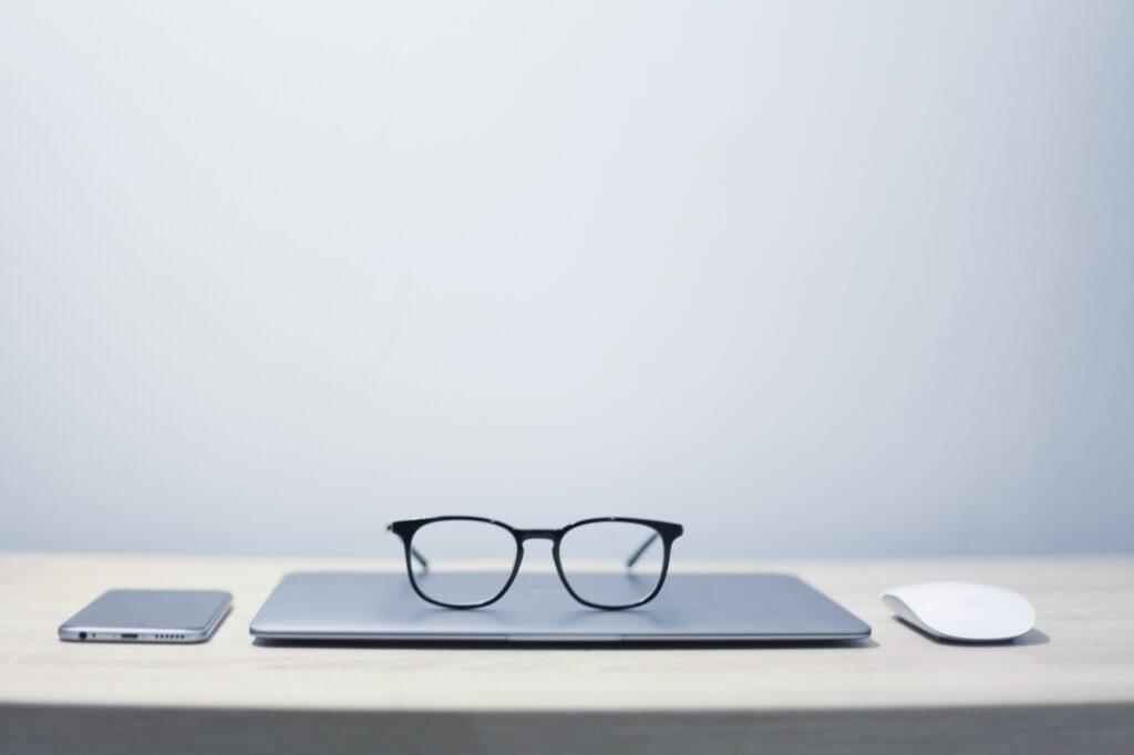 bril op een laptop, bij een webdesignbureau
