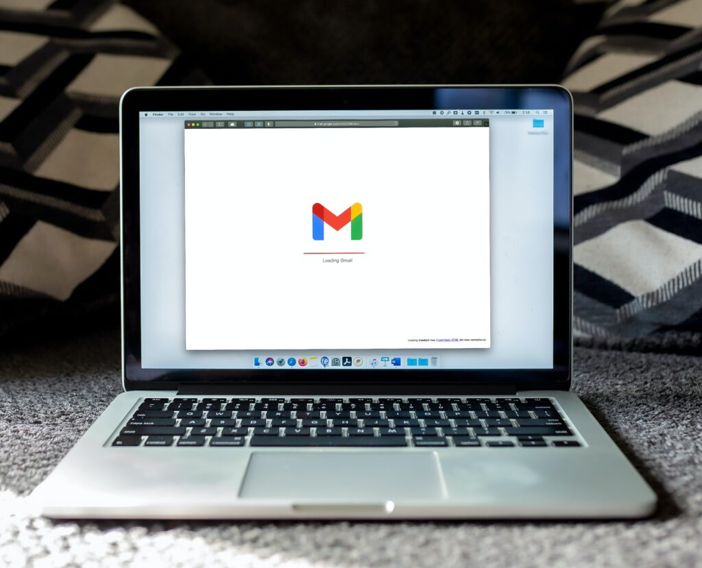 laptop open met gmail icoon, bij een communicatieadviesbureau