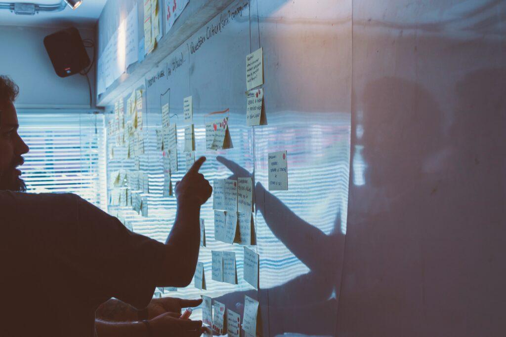 man bij een communicatieadviesbureau, ideeën bespreken op een whiteboard